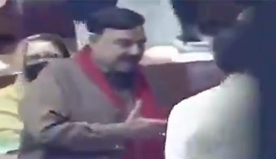 وزیراعظم کا شیخ رشید سے ہاتھ ملانے سے گریز؟
