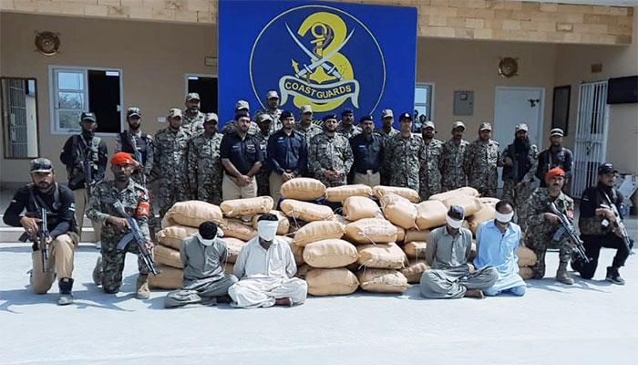 کوسٹ گارڈز کی کارروائی: 4 اسمگلرز گرفتار، 1100 کلو چرس برآمد
