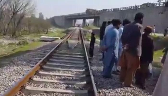 نوشہرہ: ٹک ٹاکر ٹرین سے ٹکرا کر جاں بحق، ویڈیو وائرل