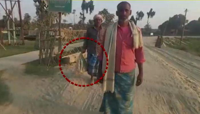 بھارت: بے حسی کی انتہا ہوگئی، باپ مردہ بیٹے کو پلاسٹک تھیلے میں لے جانے پر مجبور