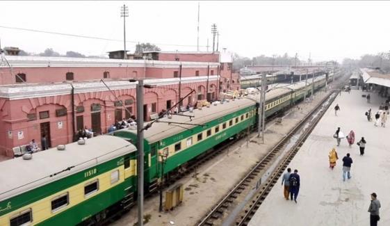 روہڑی ٹرین حادثہ: ریل گاڑیوں کی آمد و رفت میں تاخیر ہونے لگی