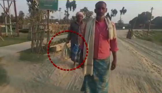 بھارت میں بے حسی کی انتہا، باپ مردہ بیٹے کو پلاسٹک کے تھیلے میں لے جانے پر مجبور