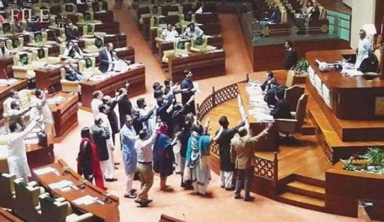 سندھ اسمبلی، منحرف اراکین کو سرکاری  بینچوں پر بٹھانے پر PTI کا احتجاج