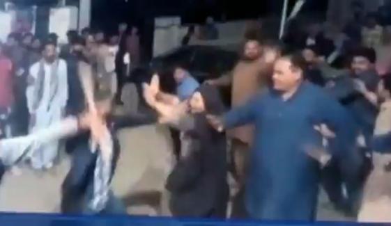 فردوس عاشق کی موجودگی میں پی ٹی آئی کارکنوں میں تصادم، خاتون بے ہوش