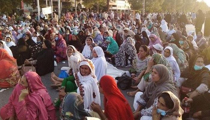 لاہورچیئرنگ کراس مال روڈ پرلیڈی ہیلتھ ورکرز کا دھرنا