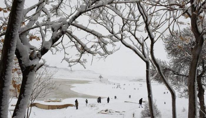 بالائی علاقوں میں برف باری اور بارش، سردی پھر بڑھ گئی