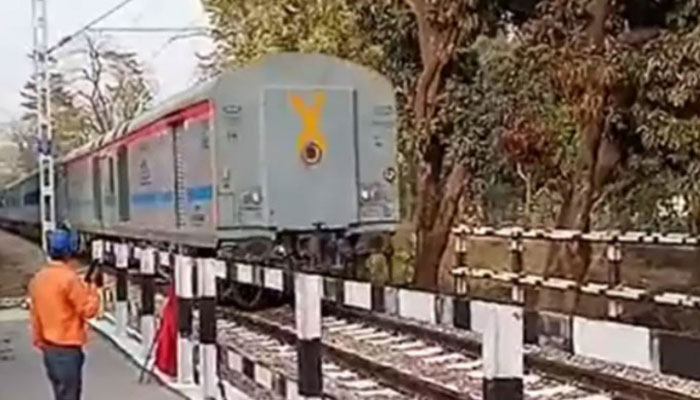 بھارت: ٹرین میں تیکنیکی خرابی، ٹرین کا 35 کلومیٹر تک  پیچھے کی جانب سفر