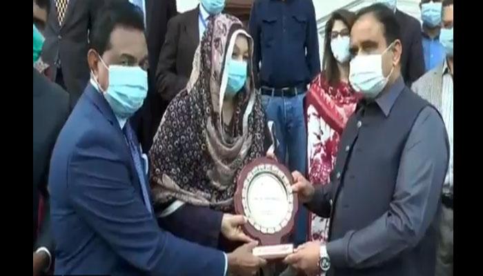 عالمی ادارہ برائے صحت کیجانب سے یاسمین راشد کو شیلڈ پیش