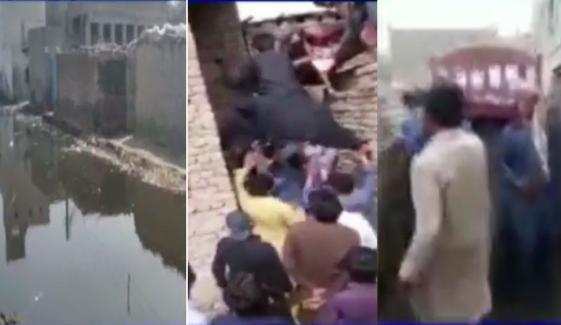 اوباڑو: سیوریج کا پانی جمع، میت تک گزارنا مشکل ہوگیا