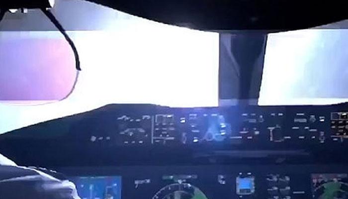 آسمانی بجلی طیارے سے ٹکرا گئی