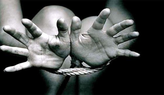 رقم کیلئے ماں نے بچے کو اغوا کرلیا، ملزمہ اور اس کا بہنوئی گرفتار، پولیس
