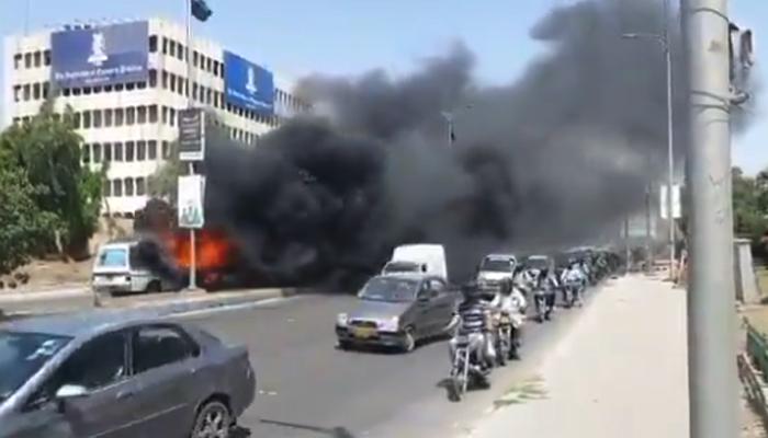 کراچی، شارع فیصل پر گاڑی میں لگی آگ پر قابو پا لیا گیا