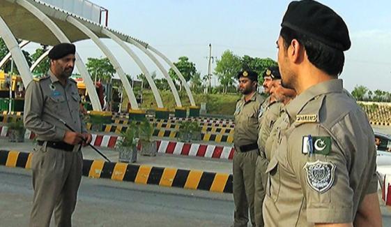 لاہور، موٹروے پولیس نے گمشدہ بیگ مالک کے حوالے کر دیا
