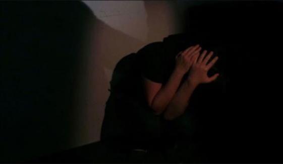 بچے کا فیڈر بنانے میں دیر کرنے کے باعث کمسن ملازمہ پر مالکن کا تشدد