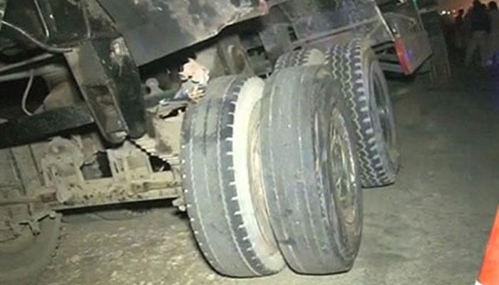 کراچی: ایک اور بےلگام آئل ٹینکر 2 افراد کی جان لے گیا