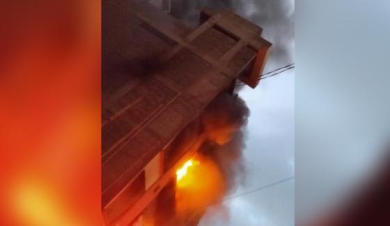 کراچی،لیاقت آباد میں فرنیچر کے کارخانے میں آتشزدگی