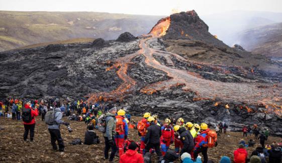 آئس لینڈ : لاوا اگلنے والا آتش فشاں پہاڑ تفریحی مقام بن گیا