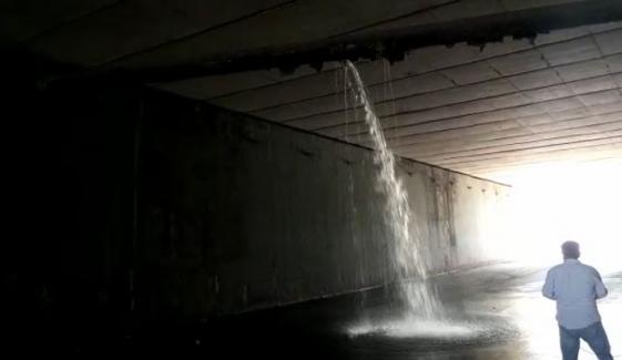 کراچی: سب میرین چورنگی انڈر پاس میں پانی بھر گیا