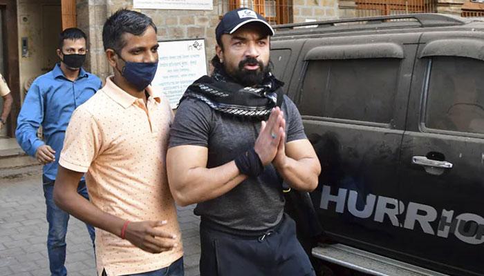 گرفتار اداکار اعجاز خان کورونا کا شکار ہونے پر اسپتال منتقل