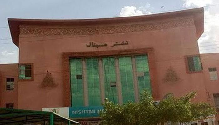 ملتان، بینائی متاثرہ 16 افراد کا نشتر اسپتال میں معائنہ