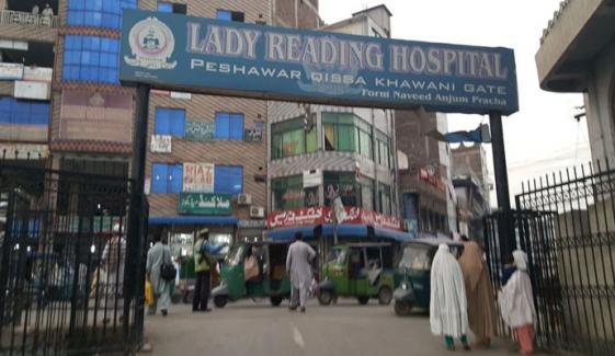 پشاور: لیڈی ریڈنگ اسپتال میں 8 اموات کا معاملہ، ینگ ڈاکٹرز کا بورڈ آف گورنرز کو معطل کرنے کا مطالبہ