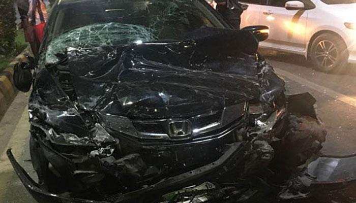 کراچی، حادثے میں کار مکمل تباہ، سوار محفوظ