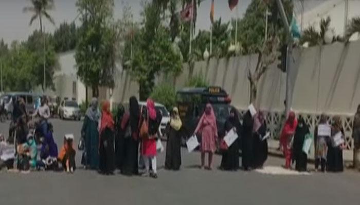 کراچی: احتجاجی لیڈی ہیلتھ ورکر گاڑی کی ٹکر سے زخمی، دھرنا ختم