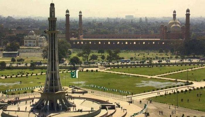 لاہور میں کورونا ایس او پیز کی خلاف ورزی کرنے پر کمشنر اسپیشل اسکواڈ نے شہر بھر میں کارروائی کرتے ہوئے تھیٹرز سیل کردیے۔