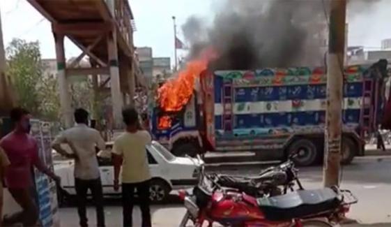نارتھ کراچی میں ڈمپر کی ٹکر سے ایک شخص ہلاک، مشتعل افراد نے ڈمپر کو آگ لگادی
