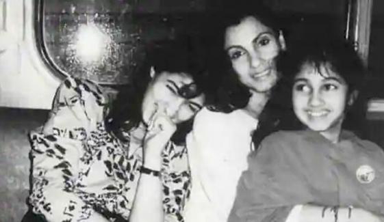 اداکارہ ٹوئنکل کھنہ نے والدہ اور بہن کے ساتھ پرانی تصویر شیئر کردی