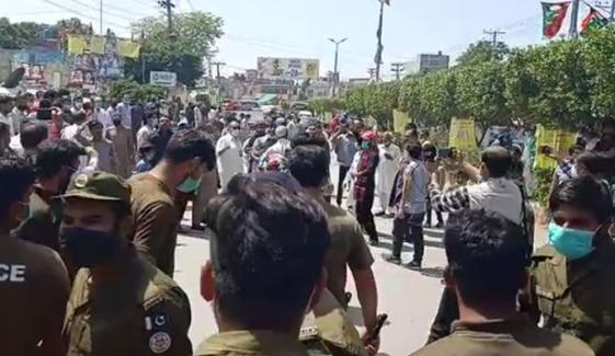 پی ٹی آئی اور ن لیگی کارکنوں کے ایک دوسرے کے خلاف نعرے