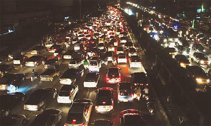 کراچی: شارع فیصل پر مختلف مقامات پر چار گھنٹے سے ٹریفک جام
