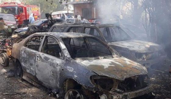 کراچی: جمشید کوارٹرز تھانے کے سامنے کھڑی گاڑیوں میں آتشزدگی