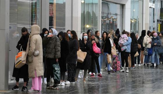 انگلینڈ اور ویلز میں کورونا پابندیوں میں نرمی، دکانیں، جم ہیئر ڈریسر شاپس کھل گئیں