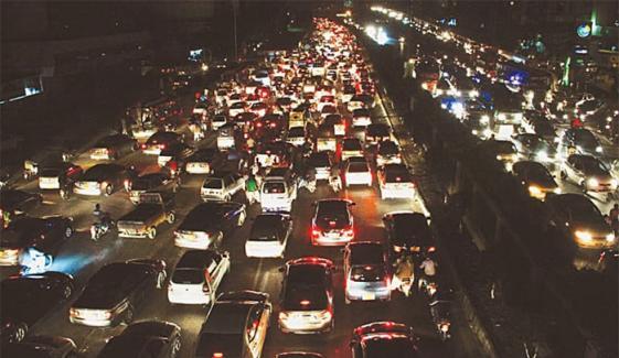 دھرنے کے باعث: کئی شہریوں کی گاڑیوں میں پیٹرول ختم
