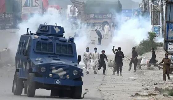 لاہور میں مظاہرین کا پولیس پر تشدد