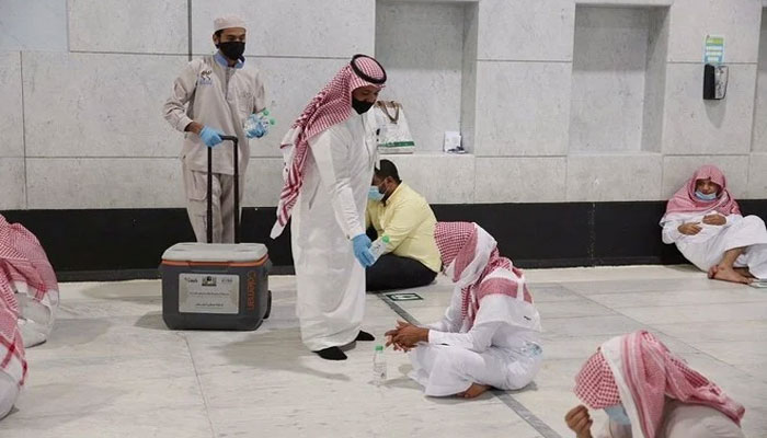 مسجد الحرام میں روزانہ آب زم زم کی 2 لاکھ بوتلوں کی تقسیم کا اہتمام