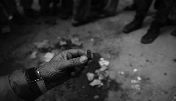 کراچی: پولیس مقابلہ، نوجوان اور ڈاکو زخمی