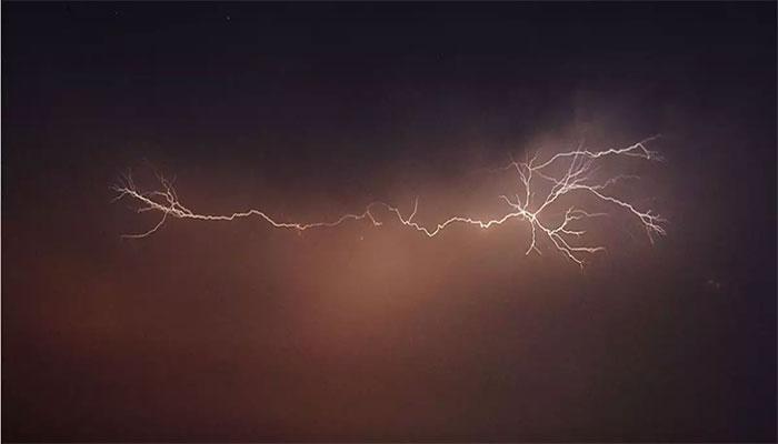کراچی سے دور شمال اور شمال مشرق میں تھنڈرسیلز بنے ہوئے ہیں،محکمہ موسمیات