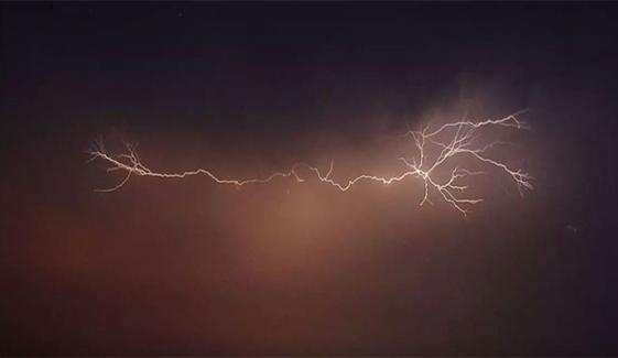 کراچی سے دور شمال و شمال مشرق میں تھنڈر سیلز بنے ہوئے ہیں، محکمہ موسمیات
