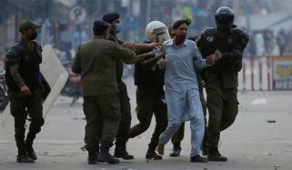 لاہور: گرفتار TLP کارکنوں کے پولیس زندہ باد کے نعرے