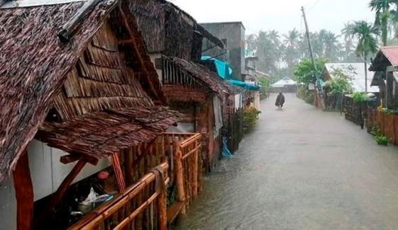 فلپائن میں سمندری طوفانی ہواؤں اور بارش سے ساحلی قصبے زیر آب، ایک شخص ہلاک