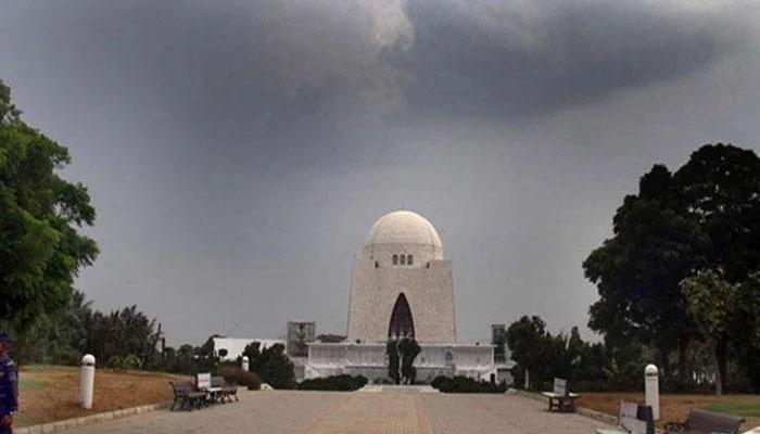 کراچی میں تیز ہوائیں چلنے لگیں