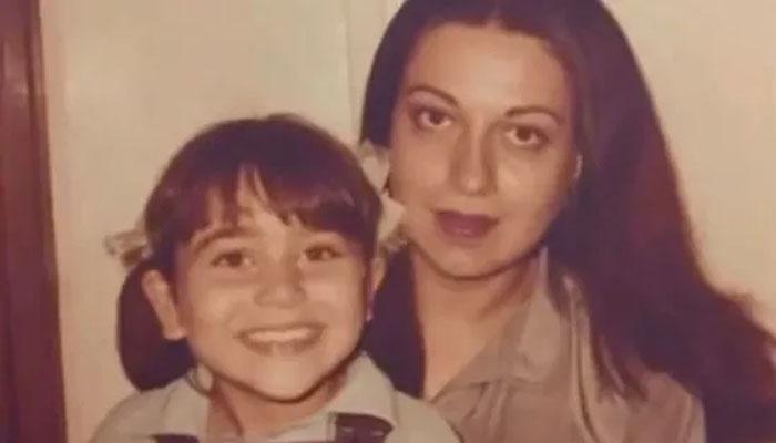 کرشمہ نے والدہ کی سالگرہ پر پرانی تصویر شیئر کرکے وش کیا