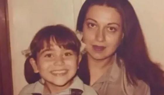 کرشمہ نے والدہ کی سالگرہ پر پرانی تصویر شیئر کردی