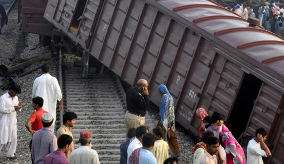 خان پور: ٹرین کی 5 بوگیاں پٹری سے اتر گئیں
