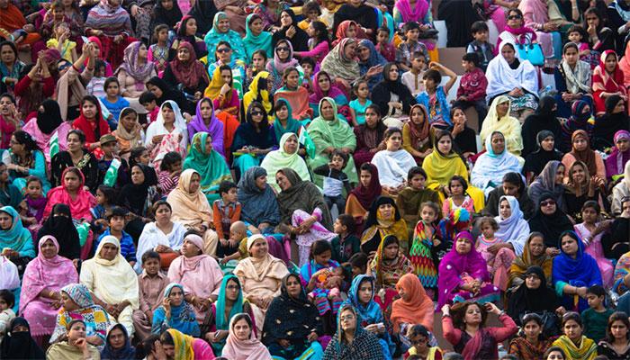 29 فیصد پاکستانی معاشرے میں عورت ہونے کو زیادہ فائدہ مند سمجھتے ہیں