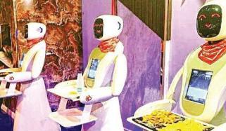 سعودی عرب: ریسٹورنٹ میں ویٹر انسان نہیں بلکہ روبوٹس