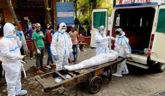 بھارت میں کورونا کی صورت حال بدتر ہوگئی، لاشوں کو دفنانے اور جلانے کے لیے جگہ کم پڑ گئی