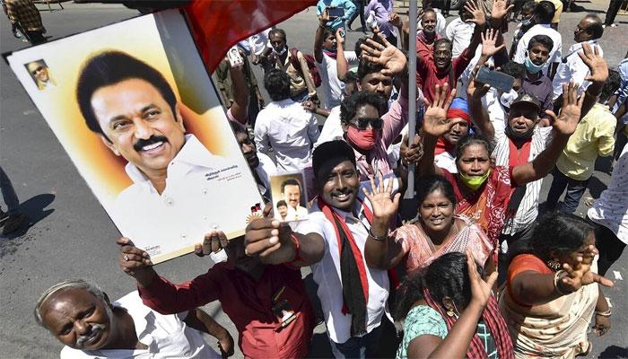 بھارت: ریاستی الیکشن نتائج پر لوگوں کا جشن، کورونا پابندیوں کو ہوا میں اڑادیا